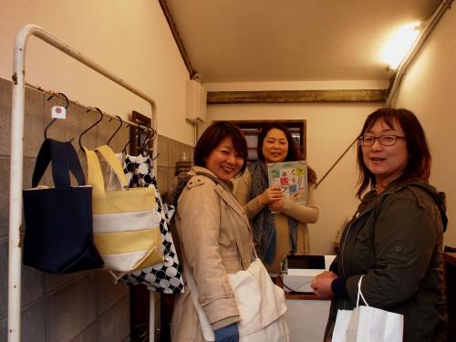 シロツメ舎の田中さんとお客様。スマイルありがとうございます。
