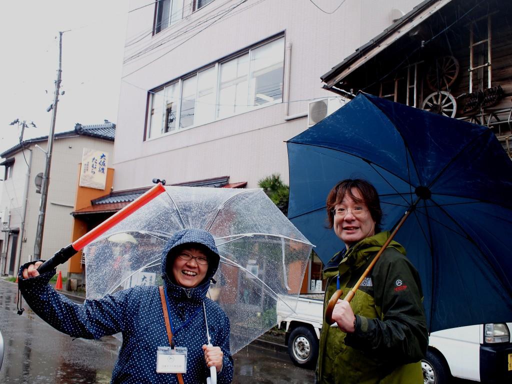 沼垂をこよなく愛するご夫婦。心強い助っ人は雨でも元気。