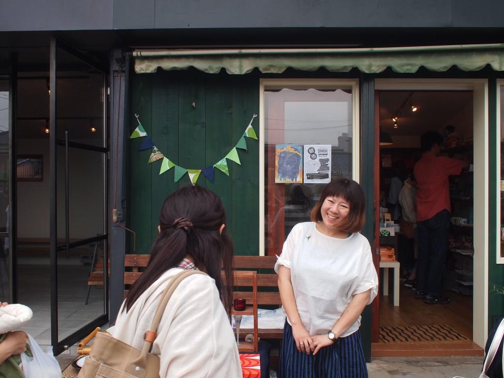 店主猪俣さん本日は初の店舗前。いい笑顔。