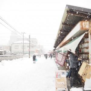 雪から本を守るのが大変。