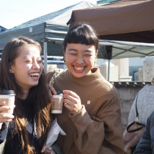 コーヒー片手に笑顔な2人