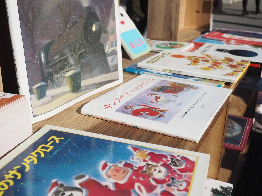 クリスマステーマの絵本がずらり